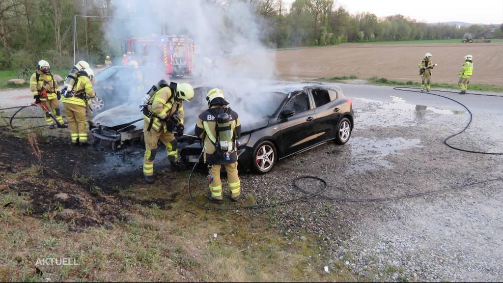 Autos fangen vermutlich wegen Einweggrills Feuer