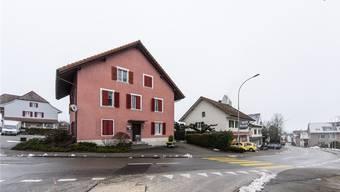 Heute steht noch der Wohnteil des ursprünglichen Bauernhauses. Darin befindet sich das Restaurant Strauss.