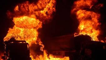 Brennende Tanklastwagen: 16 sind zerstört