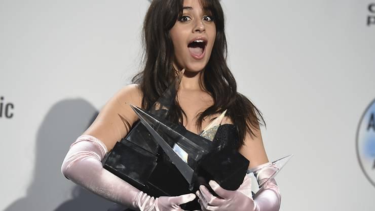 Die Sängerin Camila Cabello hat in der Nacht auf Mittwoch bei den American Music Awards gleich mehrere Preise gewonnen.