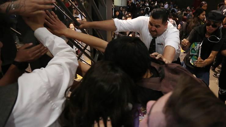 Wegen höheren Billettpreisen In der chilenischen Hauptstadt Santiago kam es zu Auseinandersetzungen zwischen Metro-Fahrgästen und dem Sicherheitspersonal