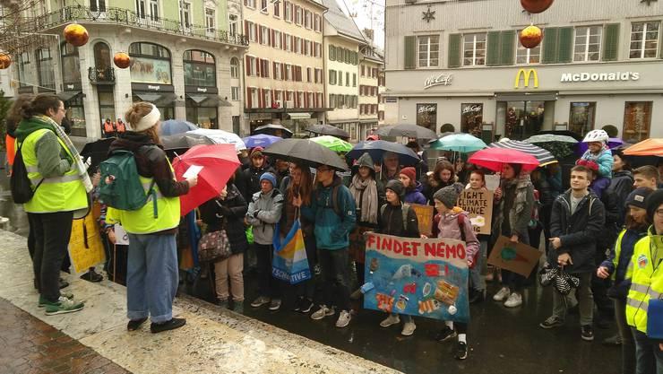Nach dem Umzug durch die Stadt versammelten sich etwa 100 Klimastreikende zur Kundgebung auf der Kirchgasse. (Bild: Klimastreik Olten)