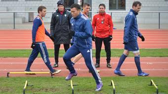 Wohlen-Trainer David Sesa (rot) beobachtet im Training seinen prominenten Gast, Johan Vonlanthen (vorne).