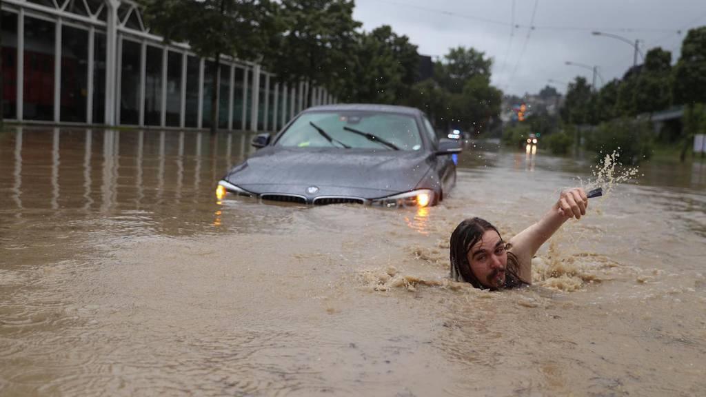 Heftige Regenfälle: Luzerner gehen im Hochwasser schwimmen