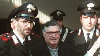 """Salvatore """"Toto"""" Riina im Jahr 1996, eskortiert von Carabineri in Bologna."""