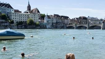 Das Schwimmen im Rhein kann auch Gefahren bergen. (Symbolbild)