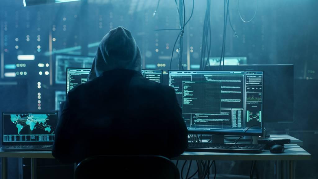 Digitale Angriffe auf Unternehmen und Privatpersonen sind für die Kantonspolizei St.Gallen manchmal nicht so einfach zu bewältigen. (Symbolbild)