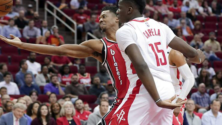 Duell der Center: Clint Capela (15) kämpft mit Portlands Hassan Whiteside um den Ball