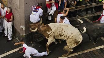 Mutpobe in engen Gassen: Die erste Stierhatz im spanischen Pamplona hat zwei Verletzte gefordert.