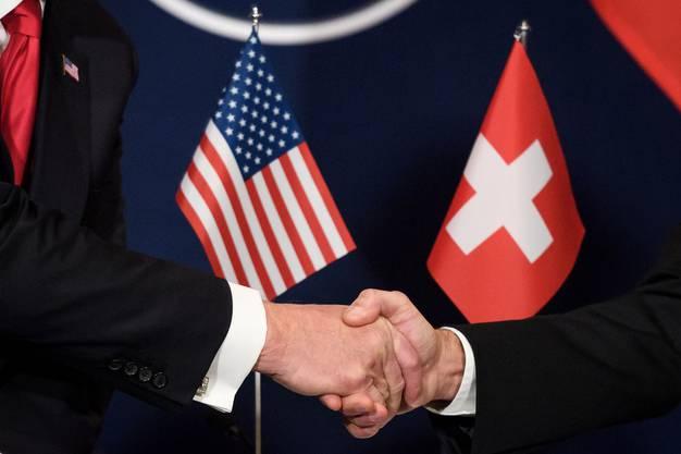 Der Steuerstreit ist längst Vergangenheit: US-Politiker und Schweizer Bundesräte reichen sich wieder die Hand.