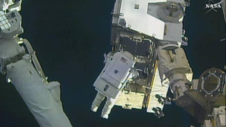 """Peggy Whitson ausserhalb der ISS: Ausseneinsätze im Weltall sind alles andere als ein """"Weltraumspaziergang"""", sondern eine schwere Belastung für die Astronauten."""