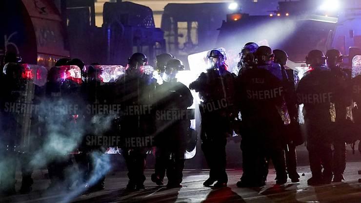 Polizeinsatz während der Proteste in Kenosha. Foto: Morry Gash/AP/dpa