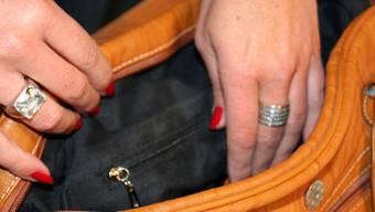 Die Frau stahl unter anderem ein Portemonnaie im Basler Pflegeheim Adullam. (Symbolbild)