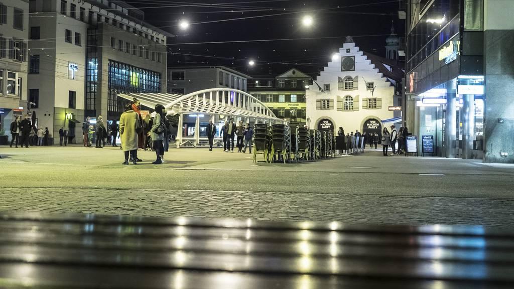 Messerstecherei am Marktplatz – 19-Jähriger schwer verletzt