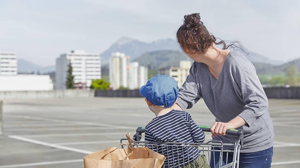 Putzen, einkaufen, kochen und Kinder betreuen: Die Hausarbeit wird immer noch mehrheitlich von Frauen erledigt. (Symbolbild)