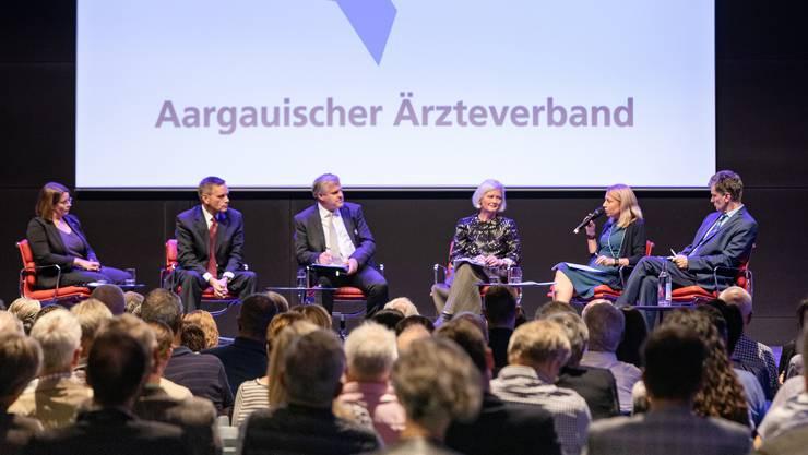 Podium von allen Regierungsrats-Kandidaten organisiert vom Aargauischen Ärzteverband in der Aeschbachhalle in Aarau: Jeanine Glarner (FDP); Jean-Pierre Gallati (SVP); Moderator Mathias Küng (AZ); Doris Aebi (GLP) Yvonne Feri (SP) und Severin Lüscher (Grüne).