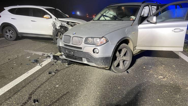 Bei einem Überholmanöver im Kurvenbereich kam es am Sonntagabend zu einer Frontalkollision mit einem entgegenkommenden Fahrzeug.