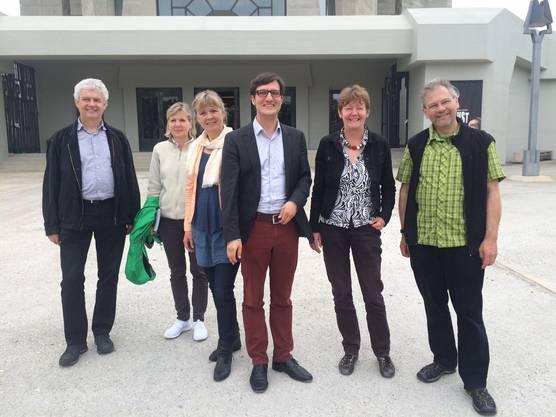 Statt mit dem öV fuhr die Fraktion mit zwei Elektroautos ins Dorneck. Die Grünen besichtigten die ökologische Umgebungsgestaltung der Sonnhalde Gempen, das Goetheanum in Dornach und das Theater am Bahnhof Dornach-Arlesheim.