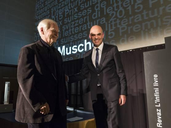 Bundesrat Alain Berset, rechts, gratuliert Adolf Muschg