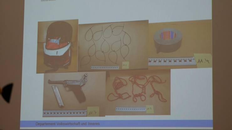 Der Vierfachmörder hatte seine nächste Tat bereits geplant: Diese Gegenstände wurde bei einer Hausdurchsuchung am Donnerstag gefunden.