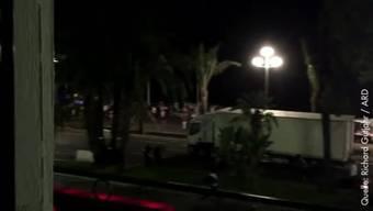 """Bei dem Anschlag in der französischen Küstenstadt auf der Promenade des Anglais sind nach neuen Angaben von Innenminister Bernard Cazeneuve mindestens 84 Menschen ums Leben gekommen. Nach einem Bericht der Zeitung """"Le Figaro"""" war der Fahrer allein in dem Fahrzeug. Er soll laut Medienberichten nach ersten Erkenntnissen der französischen Polizei nicht als politisch radikalisiert bekannt gewesen sein (Quelle:dpa)."""
