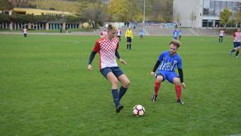 Engstringens Patrick Meier (links, im blauen Dress) bekam es in der Verteidigung mit Croatias Ivan Dukic (rechts) zu tun.