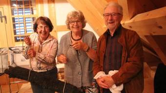 Hansruedi Meyer überlässt dem Verein mit Ursula Rüesch (ganz links) und Regula Schrag den schwarzen Originalbalken.