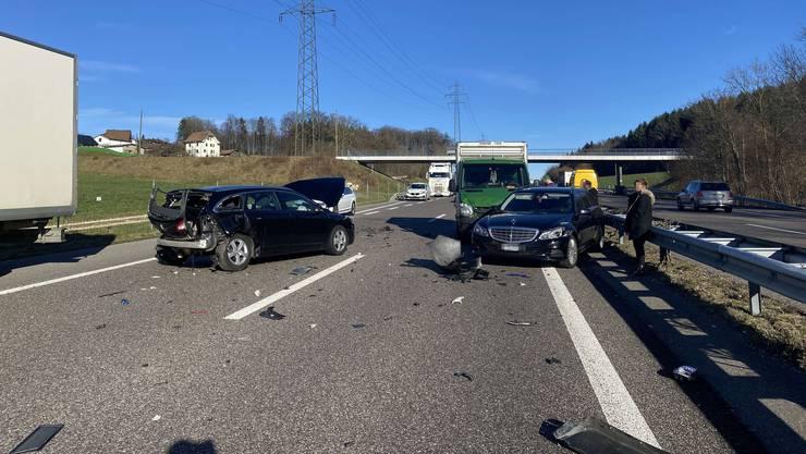 Drei Personen wurden ins Spital gebracht. Die Kälber im Lieferwagen blieben unverletzt.