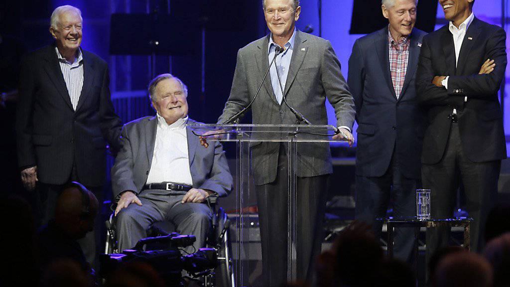 Die noch lebenden Ex-US-Präsidenten: Der Republikaner George H.W. Bush (2. v. l.) stimmte für die demokratische Präsidentschaftskandidatin Hillary Clinton. (Archivbild)