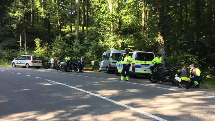 Motorradkontrolle der Kantonspolizei Aargau im Waldstück.