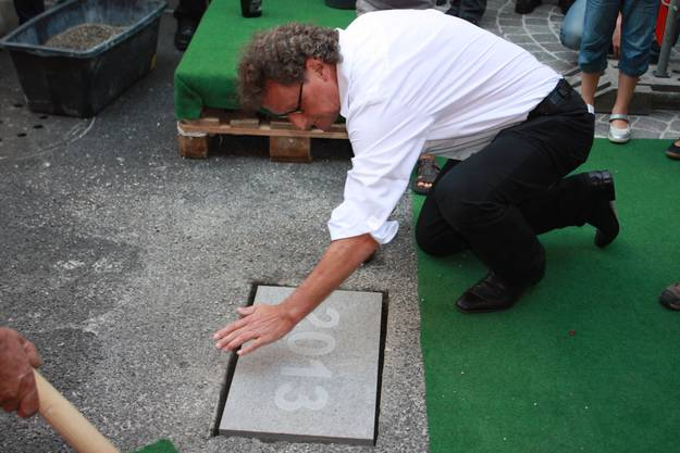 Geri Müller setzt den letzten Stein in den Boden