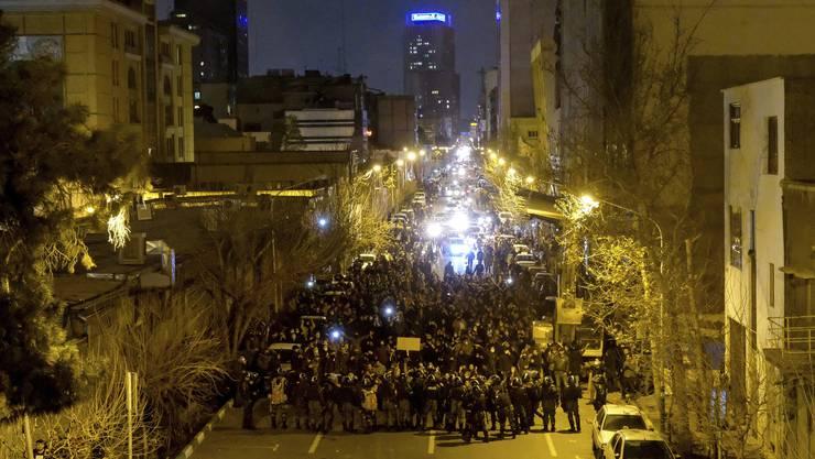 Studenten demonstrieren vor der Amir Kabir Universität in Teheran gegen das Establishment der Islamischen Republik.