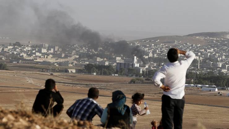 Rauch steigt über der Grenzstadt Kobane auf.