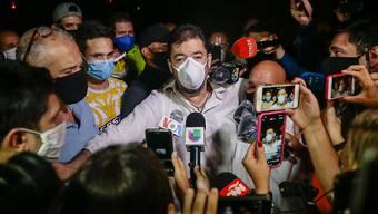 Roberto Marrero (M), Büroleiter des Oppositionsführers und selbsternannten Interimspräsidenten Guaido, spricht nach seiner Freilassung mit Journalisten. Foto: Rafael Hernandez/dpa