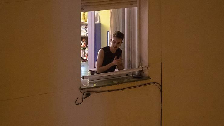 Am Freitag um 12.30 Uhr soll die Bevölkerung in den Strassen, an den Fenstern, auf Balkonen und Terrassen mit einem Applaus dem Gesundheitspersonal danken. Die grossen Medienhäuser der Schweiz haben dazu aufgerufen. In Italien und Spanien (Bild) gab es bereits solche Aktionen.