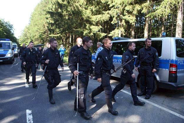 Polizisten durchsuchten den Wald zwischen Rodacherbrunn und Nordhaben in Deutschland.