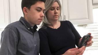 Apple hat eine Sicherheitslücke in der Videotelefonie-App Facetime behoben, die der 14-jährige Grant Thompson - hier mit seiner Mutter - entdeckt hatte.