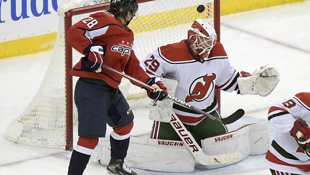 Devils-Goalie Mackenzie Blackwood muss den Schuss von Jonas Siegenthaler passieren lassen, wenig später kommt deshalb Gilles Senn zu seinem NHL-Debüt