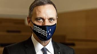 Gesundheitsdirektor Gallati mit passender Aargauer Maske.