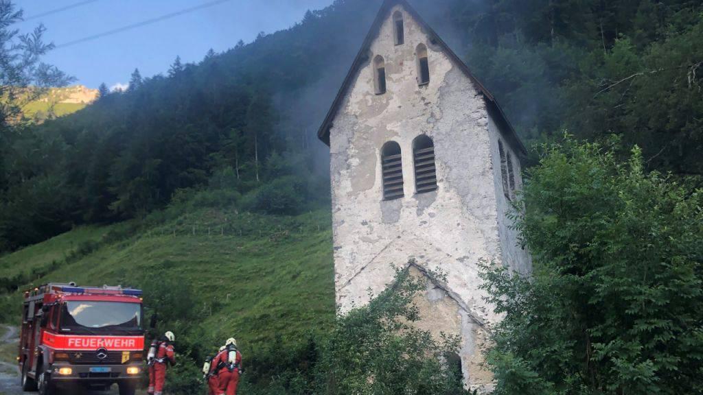 Zwei Jugendliche entzündeten ein Feuer in der alten Kapelle in Linthal, welches dann ausser Kontrolle geriet.