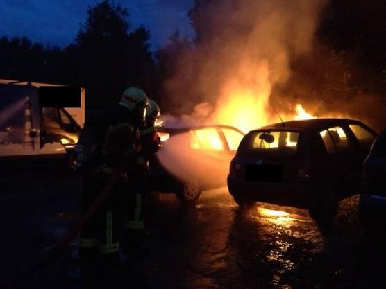 Sie hatten das Feuer schnell im Griff. Verletzt wurde niemand, aber das Auto erlitt Totalschaden.