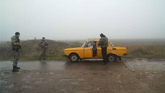 Ukrainische Soldaten stoppen ein Auto am Checkpoint in Berdyansk. Der Konflikt mit Russland am Asow-Meer ist in den letzten Tagen eskaliert. Evgeniy Maloletka/AP/Key
