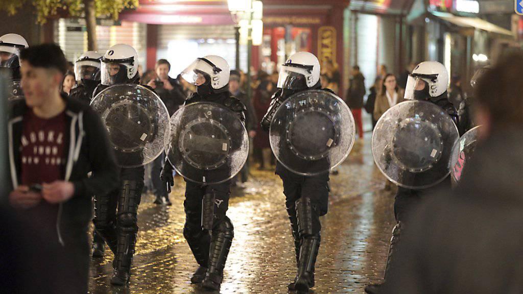 Polizisten mit Schutzschilden in Brüssels Stadtzentrum. (Symbolbild)