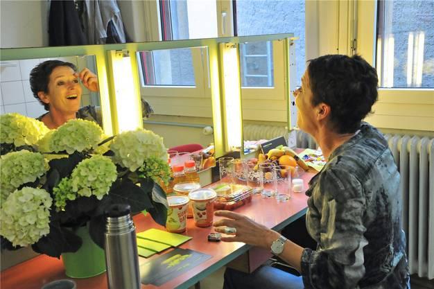 Gisela Widmer beim Schminken in der Frauen-Garderobe.