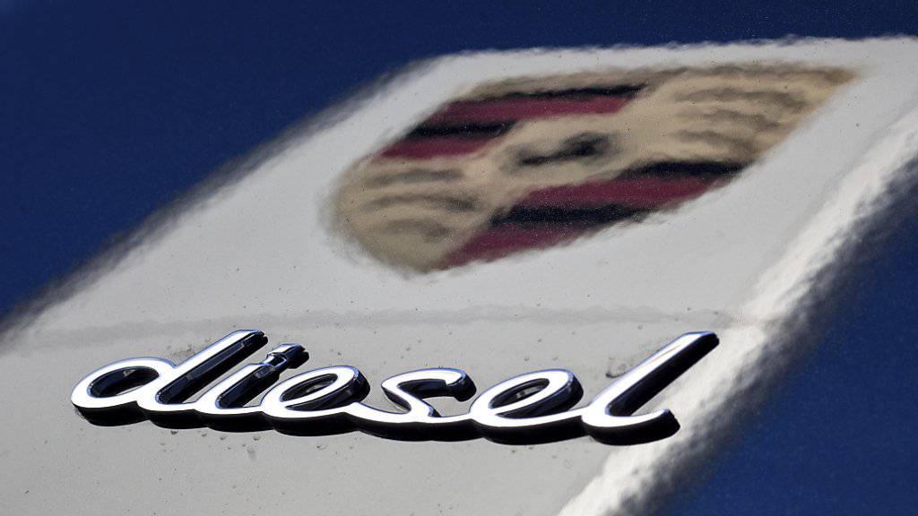 Die VW-Dachgesellschaft Porsche SE ist von einem Gericht in Stuttgart wegen des VW-Dieselskandals zu Schadenersatz verurteilt worden. Das Unternehmen soll die Anleger zu spät informiert haben. (Archiv)