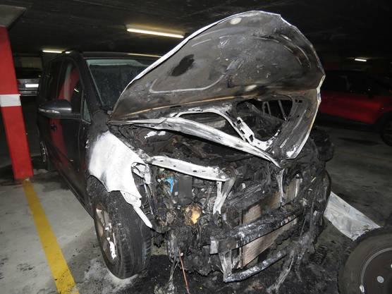 Niederrohrdorf AG, 19. September: In einer Tiefgarage geriet ein parkiertes Auto in Brand. Dabei entstand beträchtlicher Schaden. Zwei Hausbewohner hielten die Flammen bis zum Eintreffen der Feuerwehr in Schach.