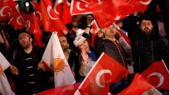 «Nun hat Erdogan freie Hand»: Anhängerinnenund Anhänger des türkischen Präsidenten feiern den Sieg in der Verfassungsabstimmung. TUMAY BERKIN/keystone