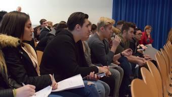 Die Schüler und Schülerinnen der ksb Wohlen forderten die vier Jungpolitiker mit ihren Fragen. Fabio Vonarburg