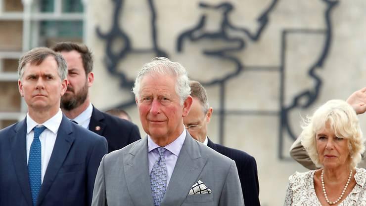 Der britische Thronfolger Prinz Charles und seine Frau  Camilla am Denkmal für den kubanischen Nationalhelden, den Dichter José Martí und unter dem Konterfei des Revolutionärs Che Guevara: Der Besuch des Royal-Ehepaars im sozialistischen Kuba gilt als historisch.