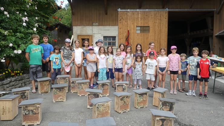 Die Jugendlichen aus Würenlos mit ihren fertigen Wildbienenhotels